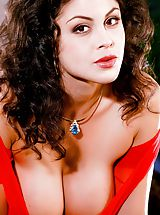 Nackte Frau Babes, Sizzling in her red dress, this hot tamale wants some spicy action.