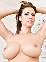 Carol_gold - Big tit mom bends over and shows off her round ass and pretty pink pussy