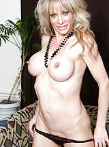 Milf Nippels, Elizabeth_green - Cock hungry mommy teases her shaved twat with little pink vibrator